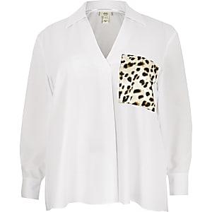 Plus – Weißes, langärmeliges Hemd mit Tasche in Schlangenhautoptik