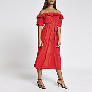 Robe mi-longueBardot rouge à volants et manches courtes
