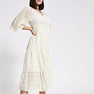 Robe à smocks avec dentelle brodée crème