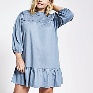 Plus – Gesmoktes Minikleid in Blau mit Lochstickerei