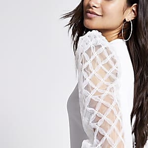 RI Petite - Witte top met textuur en lange mouwen met mesh