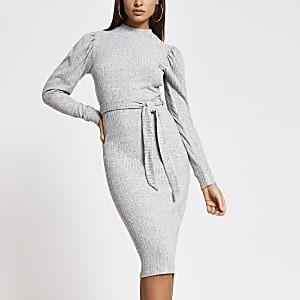 Robe mi-longue grise côtelée avec manches bouffantes et ceinture nouée
