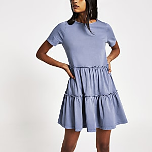 Blauwe gelaagde gesmokte mini-T-shirtjurk met ruches