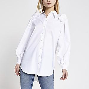 Weißes, langärmeliges Hemd mit Perlen und Rüschen an der Schulter