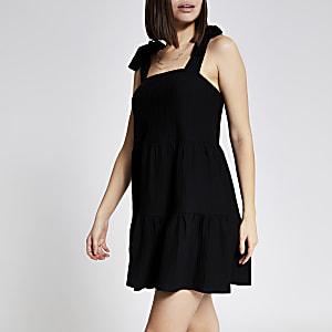 Schwarzes Minikleid mit eckigem Ausschnitt und Trägern zum Binden