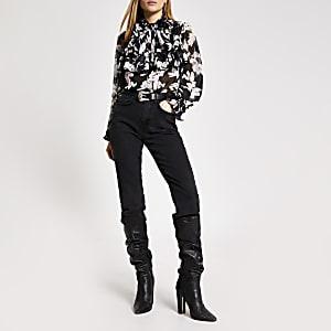 Zwarte blouse met bloemenprint en strik rond hals