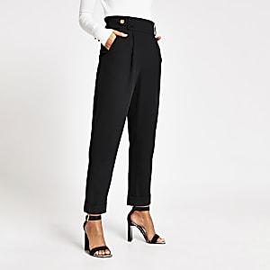 Zwarte tapstoelopende broek met knoop op taille