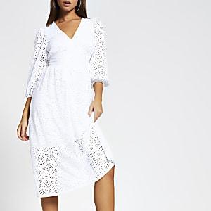 Witte gesmokte broderie midi-jurk met lange mouwen