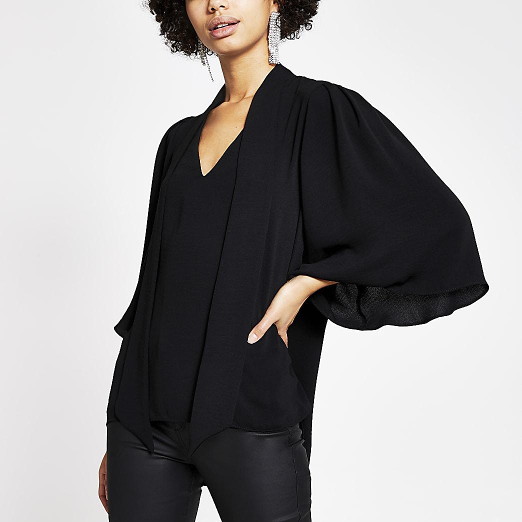 Zwarte blouse met strik rond V-hals en chokerketting