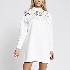 Gerüschtes Sweatshirt-Kleid in Creme mit Lochstrickmuster