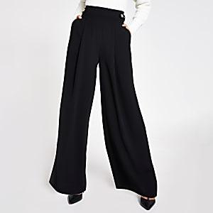 Zwarte broek met ceintuur, wijde pijpen en zijlusjes