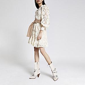 Mini-robe boutonnée en crochet blanche