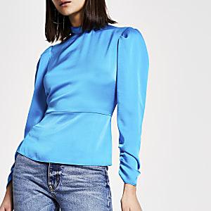 Felblauwe blouse met hoge gedraaide hals