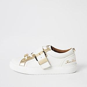 Weiße Sneaker mit Schnürung und Schnalle