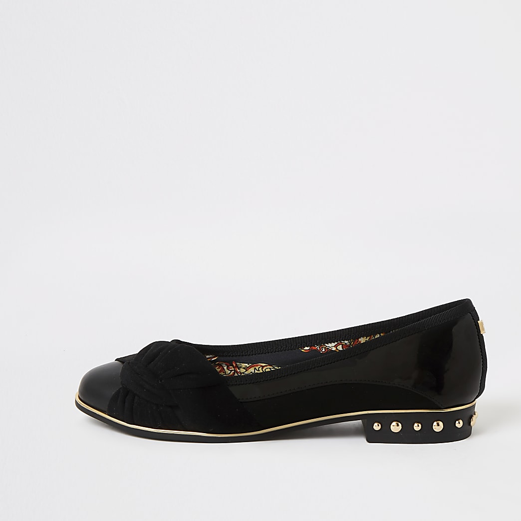 Schwarze Schuhe mit Nieten und Frontknoten