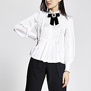 Drapierte Bluse mit strassbesetzter Brosche in Weiß