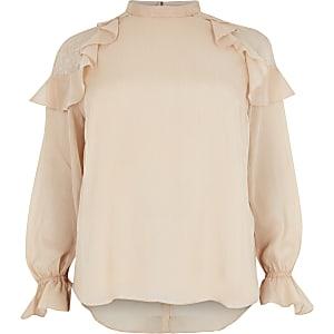 Plus – Blouse rose brillante avec volants et dentelle aux épaules