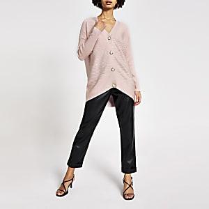 Roze geribbeld gebreid vest met knopen met parels