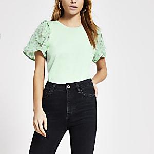 Hellgrünes T-Shirt mit Blumenmuster und Verzierung am Ärmel