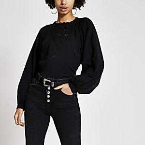 Schwarzes T-Shirt mit langen Fledermausärmeln und Lochstickerei