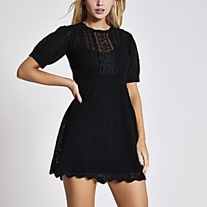 Zwarte mini-jurk met korte mouwen en mooie stiksels