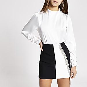 RI Petite - Witte satijnen blouse met siersteentjes op schouders