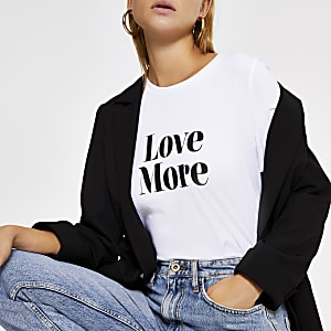 Wit T-shirt met korte mouwen en 'Love more'-tekst