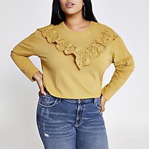 Plus - GelbesT-Shirt mit Rüschen und Lochmuster