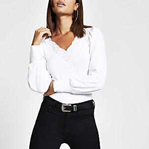 T-shirt blanc à manches longues avec encolure en V brodée