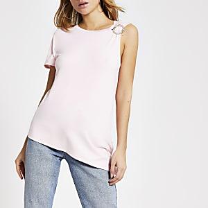 Roze T-shirt metblote schouder enbroche met siersteentjes