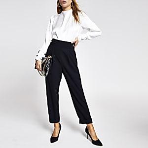 Zwartesmaltoelopende broek met knopen aan de zijkant