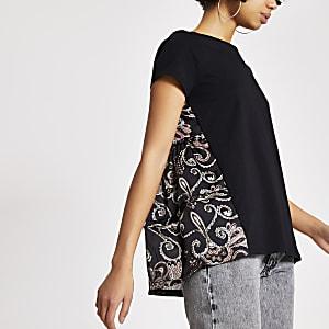 Zwart T-shirt met korte mouwen en paisleyprint aan achterkant