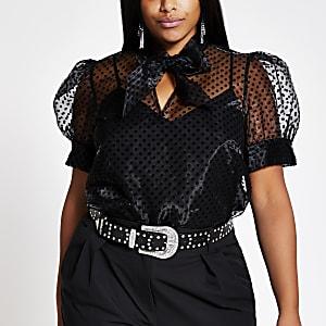 Plus – Schwarze, gepunktete Organza-Bluse mit Puffärmeln