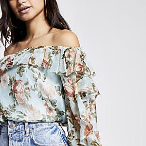 RI Petite- Blauwe bloemenprint blouse met bardothalslijn en ruches