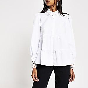 Gesmokte weiße Bluse mit besticktem Kragen