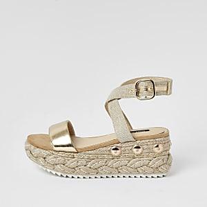 Sandales dorées en deux parties à talon compensé style espadrilles