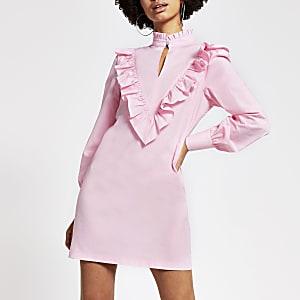 Mini-robe rose à manches courtes et col hautà volants