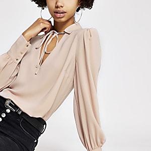 Lichtroze blouse met strik bij de hals en lange mouwen