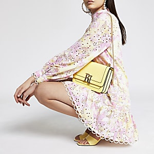 Roze mini-jurk met bloemen borduursel en pofmouwen