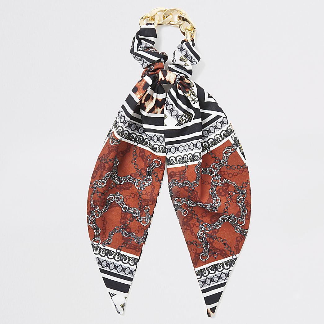 Bruine scrunchie met sjaal- en kettingprint