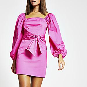 Roze mini-jurk met pofmouwen en strik rond taille