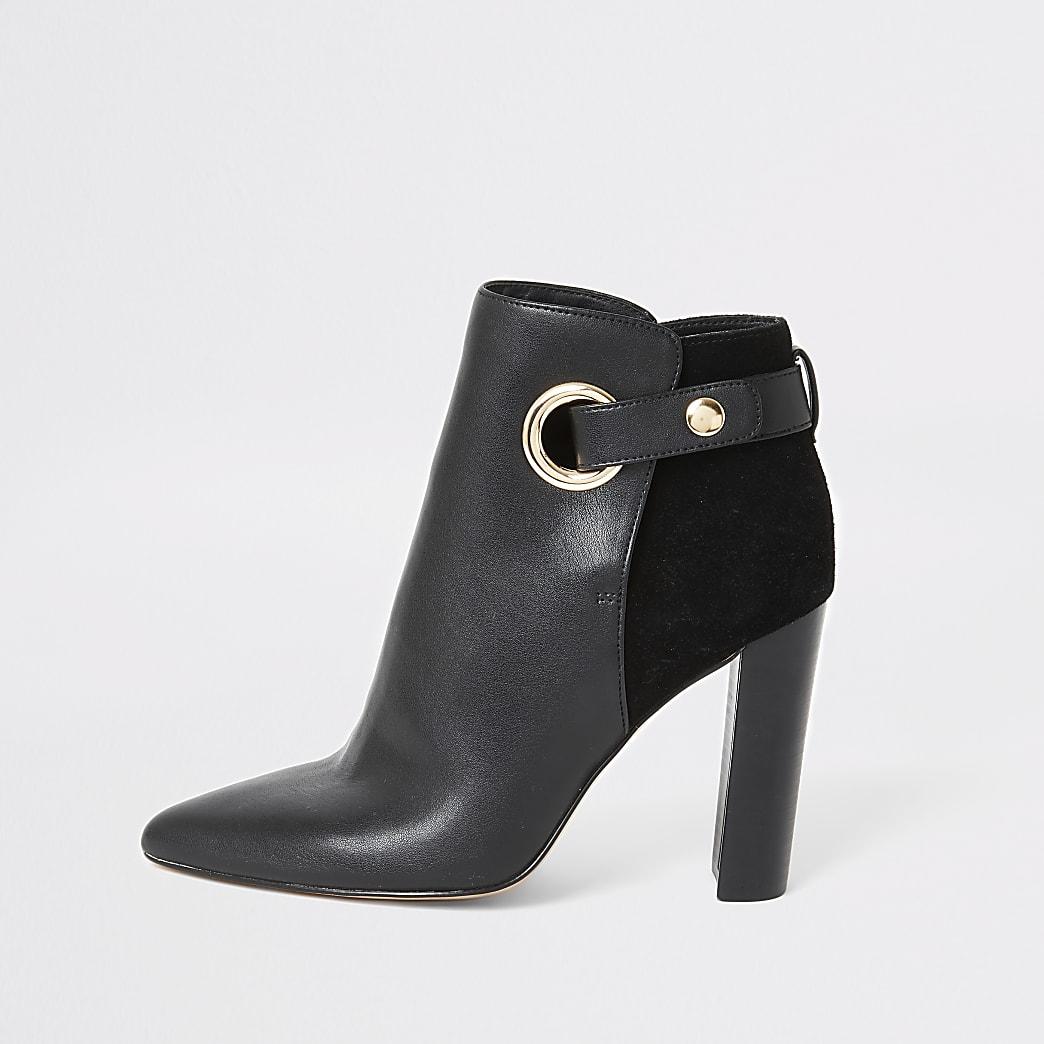 Schwarze, weit geschnittene Stiefel mit Absatz und Ösengurt