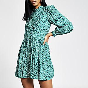 Grünes, gesmoktes Minikleid mit Punktmuster und Rüschen