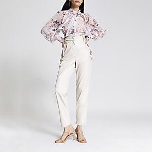 Witte aansluitende broek van imitatieleer met kwastjes