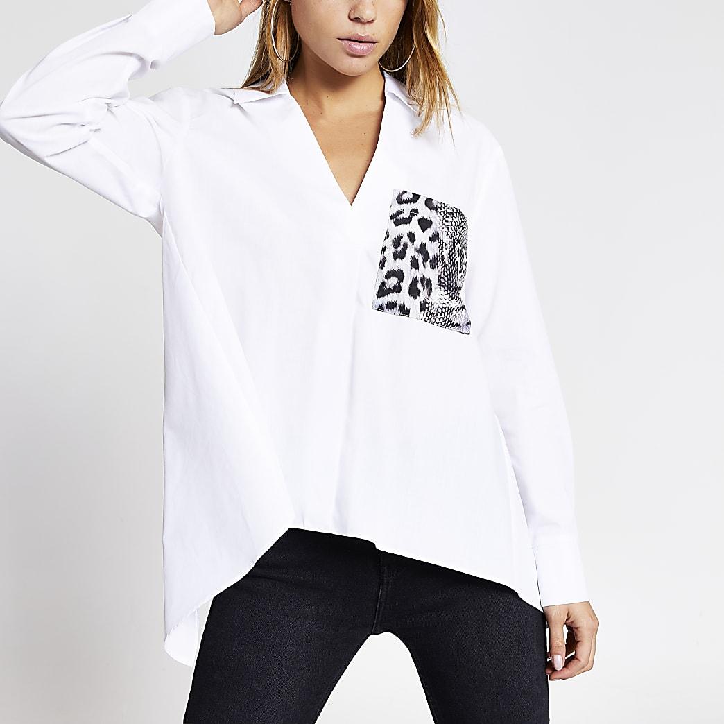 Chemise blancheà mancheslongues avec pocheà impriméserpent