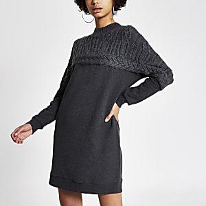 Graues Sweatshirt-Kleid mit Zopfstrickmuster