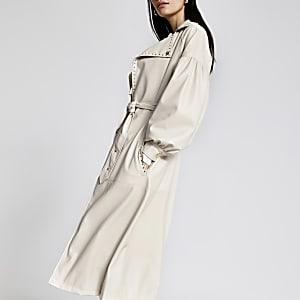 Kunstleder-Trenchcoat in Weiß mit Gürtel und Nieten