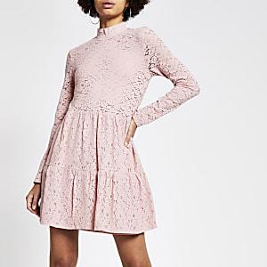 Rozehoogsluitende gesmoktemini-jurk met kant