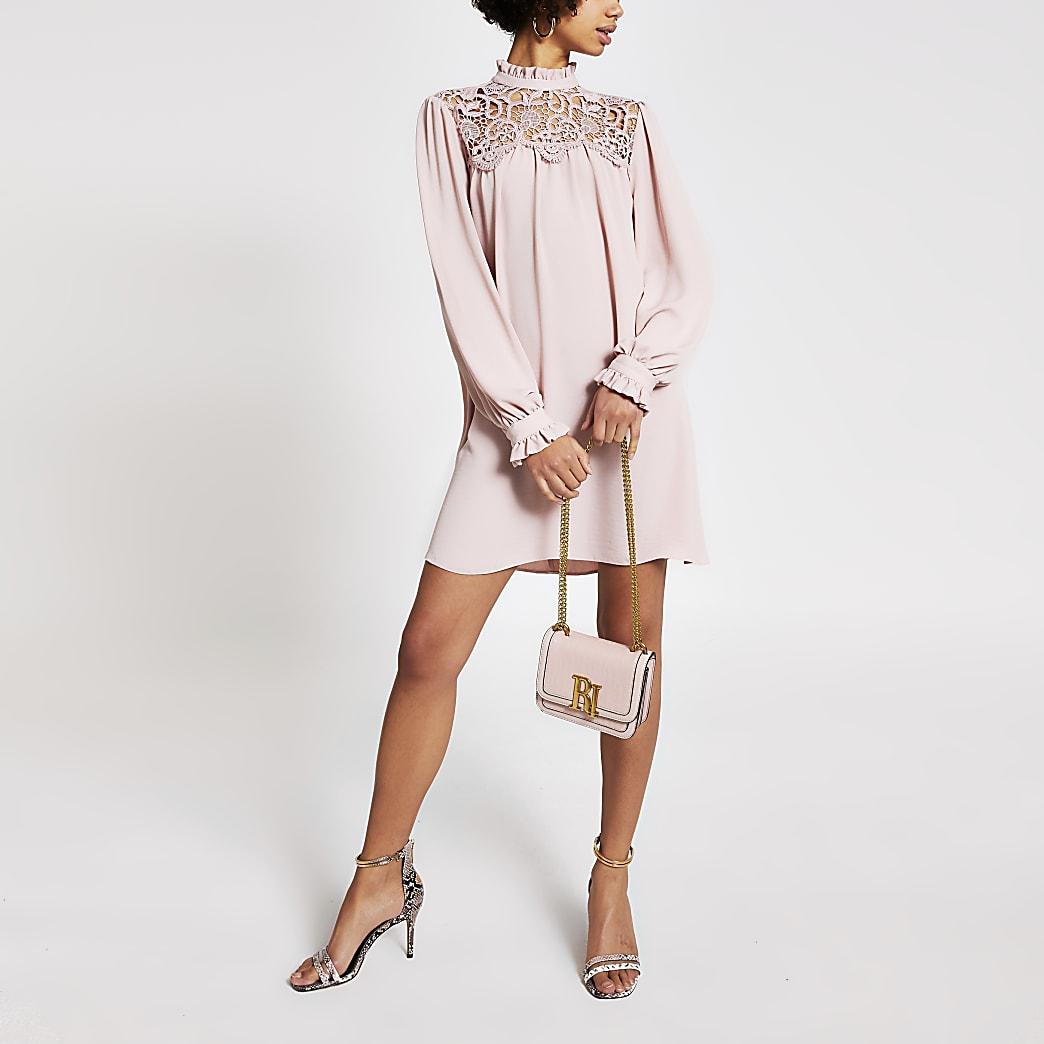 Roze gesmokte mini-jurk met kant langs hoge nek