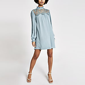 Lichtgroene gesmokte mini-jurk met kant langs hoge nek